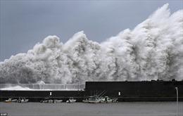 Hình ảnh siêu bão Jebi 'vùi dập' Nhật Bản, thổi bay ô tô như bao diêm