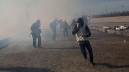 Cận cảnh quân đội Mỹ bắn đạn hơi cay vào người nhập cư trèo rào vượt biên