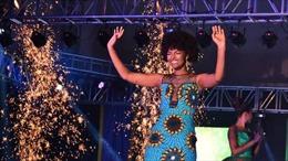 Khoảnh khắc Hoa hậu châu Phi bị bắt lửa ngay lúc đăng quang
