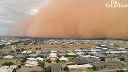 'Sóng thần' bụi cao 100m đỏ quạch trời, bủa vây thị trấn nhỏ Australia