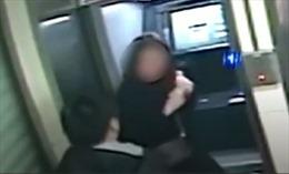 Tên cướp trả lại tiền sau khi nhìn thấy số dư tài khoản của nạn nhân