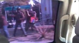 Người dân Venezuela tấn công xe thủ lĩnh đối lập Juan Guaido