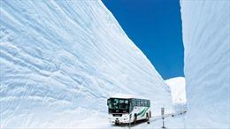Choáng ngợp với con đường quanh núi, tuyết hai bên chất cao 17m