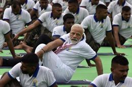 Thủ tướng Ấn Độ trổ tài Yoga dẻo dai cùng 30.000 người