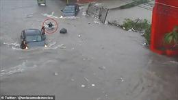 Khoảnh khắc nữ sinh bị nước lũ cuốn xuống miệng cống mất tích