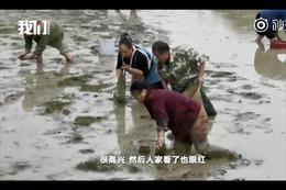 Chủ trại cá bất lực chịu cảnh 200 dân làng tràn vào hôi của