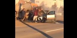 Hy hữu cảnh xe hút bể phốt giải cứu xế hộp BMW bốc cháy