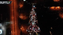 200 ô tô tạo hình cây thông khổng lồ đón Năm mới