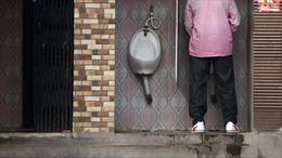 Thành phố Ấn Độ dựng gương trên phố để chống nạn tiểu bậy
