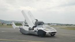 Xem siêu xe 'biến hình' máy bay cất cánh trên bầu trời