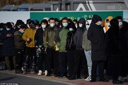 Cảnh tượng người Trung Quốc xếp hàng dài chờ tiêm vaccine COVID-19
