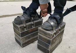 Người đàn ông đi 'giày sắt' nặng 150kg luyện sức khỏe