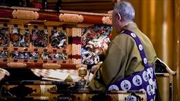 Vắng khách vì COVID-19, các thầy tu Nhật Bản tung dịch vụ cầu siêu trực tuyến, mai mối