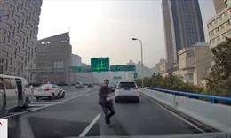 Tài xế rải đinh thách thức cảnh sát giao thông