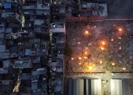 Các bãi hỏa thiêu ở Ấn Độ luôn đỏ lửa khi nhìn từ trên cao