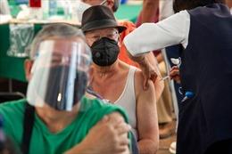 Cải trang thành người già để được tiêm vaccine COVID-19 tại Mexico