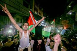 Người dân Gaza đổ ra đường mừng lệnh ngừng bắn, pháo hoa rực trời