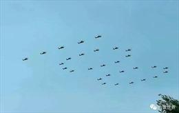 Người dân Trung Quốc ghi lại cảnh trực thăng quân sự bay thành hình số 100