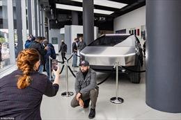 Hàng trăm người đội mưa xếp hàng chiêm ngưỡng siêu xe điện bọc thép của Tesla