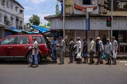 Mất việc và thiếu ăn, tầng lớp trung lưu Ấn Độ cũng sống bằng cứu trợ