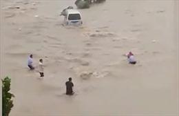 Hình ảnh xả thân cứu người trong trận lụt thế kỷ ở Trung Quốc