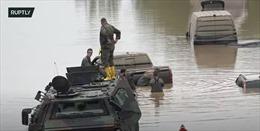 Video binh sĩ Đức lái xe thiết giáp vào vùng lũ, lội tìm nạn nhân mất tích