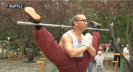 Cao thủ Kung Fu có tài bẻ gập cơ thể, vừa ngậm chân vừa nhảy dây
