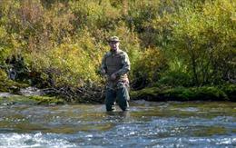 Tổng thống Putin kết thúc cách ly, đi câu cá ở Siberia