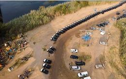 Bang Texas lập 'hàng rào thép' từ hàng trăm ô tô ngăn người tị nạn Haiti