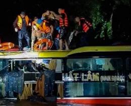 Cảnh sát giao thông cứu xe khách bị lũ cuốn trôi trong đêm