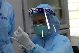 Những mũi vaccine phòng COVID-19 đầu tiên dành cho y bác sĩ tuyến đầu chống dịch