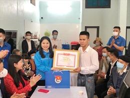 Trao tặng huy hiệu 'Tuổi trẻ dũng cảm' cho người cứu bé gái rơi từ tầng 13
