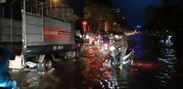 Cơn mưa giông đột ngột khiến nhiều tuyến phố Hà Nội bị ngập, giao thông 'tê liệt'