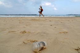 Thị trưởng cho đổ hàng tấn rác dọc bãi biển để nâng cao ý thức môi trường của người dân