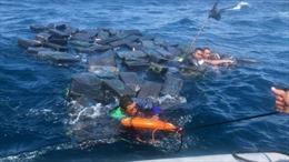 Sóng đánh chìm thuyền chở ma túy, tội phạm sống sót nhờ bám vào bọc cocaine