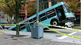 """Xe buýt bị hố sụt lún """"nuốt"""" tại Pittsburgh, Mỹ"""