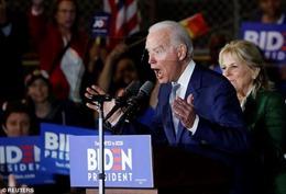 Chồng của Cố vấn Tổng thống Trump ủng hộ 2.800 USD cho quĩ tranh cử của ông Joe Biden