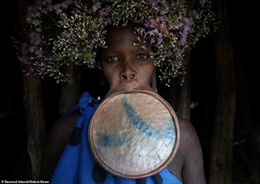 Chùm ảnh phụ nữ Ethiopia tự hào lồng đĩa vào môi thể hiện đẳng cấp xã hội