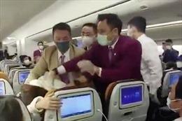 Hành khách Trung Quốc phản ứng giận dữ vì phải chờ kiểm dịch COVID-19 quá lâu