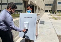 Công ty bị chỉ trích gay gắt vì bắt nhân viên đeo bình rửa tay di động