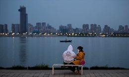 Người Vũ Hán lạ lẫm khi trở lại cuộc sống thường ngày sau lệnh phong toả
