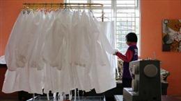 Cô bé 9 tuổi may hơn 100 bộ đồ bảo hộ chống COVID-19