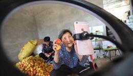 Cụ bà 80 tuổi Livestream bán hàng, 'chốt đơn'ầm ầm trong thời dịch