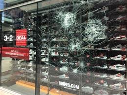 Video cảnh bạo loạn tấn công cảnh sát, đập phá cửa hàng tại Đức