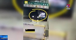 Xe ba gác cồng kềnh va chạm với siêu xe Lamborghini