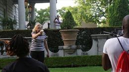 Video cặp vợ chồng dùng súng đe dọa người biểu tình trong khu nhà giàu ở Mỹ