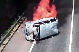 Xem người đàn ông giải cứu hành khách trong chiếc xe bốc cháy dữ dội