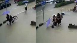 Cô gái đang đạp xe bất ngờ rơi xuống hố sâu ngập đầu tại Trung Quốc