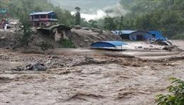 Hình ảnh kinh hoàng mưa lũ cuốn trôi người đi đường ở Nepal