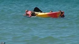 Tổng thống Bồ Đào Nha bơi ra biển cứu người vùng vẫy dưới nước